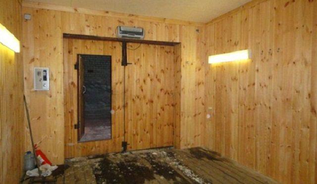 Если решено применить для облицовки стен и потолка в гараже натуральную вагонку, то древесина обязательно должна быть подвергнута определенной подготовке