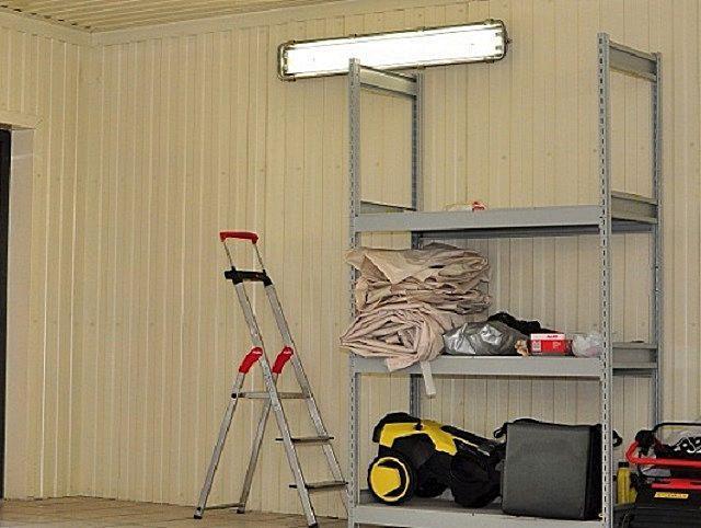 Очень аккуратно выглядят стены и потолки, облицованные пластиковым панелями-вагонкой