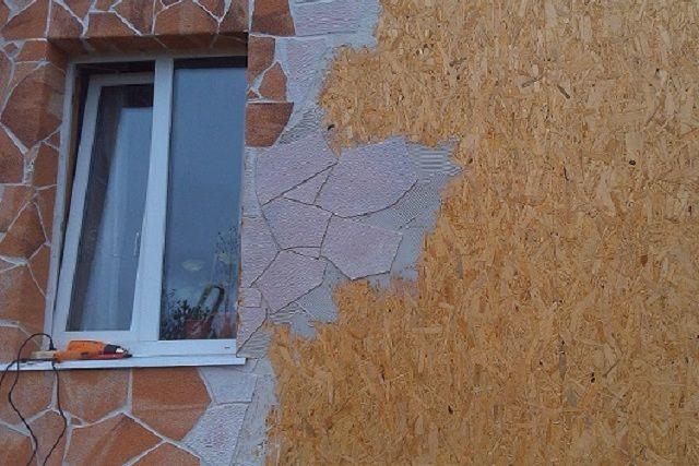 На прогрунтованную обшивку из ОСП отлично ложится плиточный клей, и стены можно дополнительно облицевать керамической плиткой или «гибким камнем»