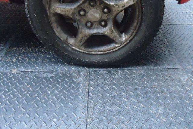 Отличным решением для гаража станет и резиновое модульное покрытие пола