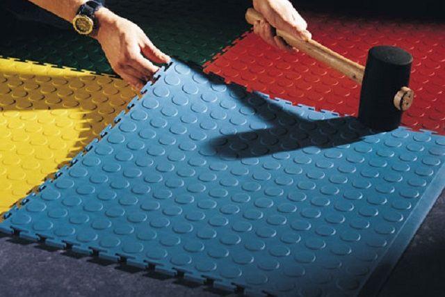 Скрепление замковых соединений модулей ПВХ с использованием резинового молотка