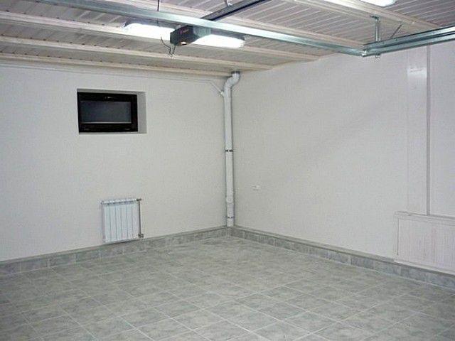 Пол облицован керамогранитной плиткой, а стены окрашены в тон к нему