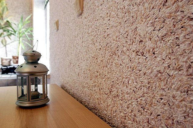 Стена гостиной, задекорированная «жидкими» обоями