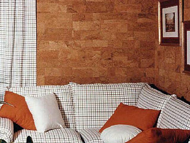 Обои с пробковым покрытием создают в гостиной очень уютную располагающую к отдыху атмосферу