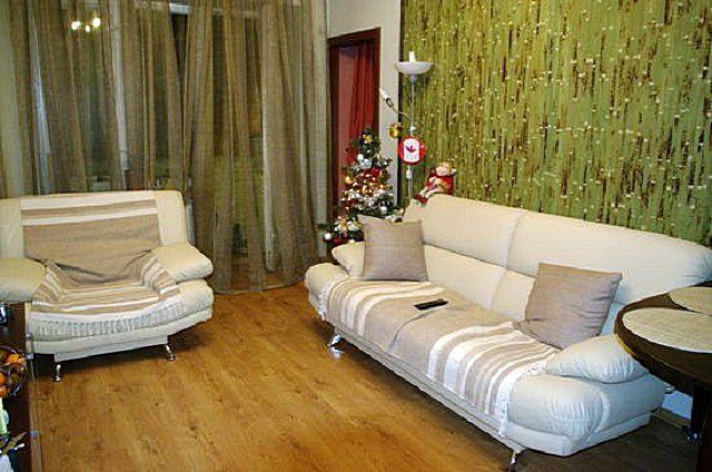 Очень интересный интерьер гостиной, отделанной бамбуковыми обоями