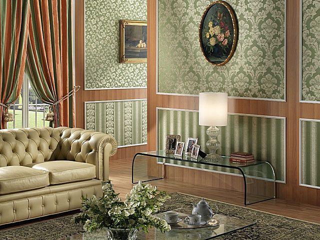 Очень «богатое» оформление гостиной текстильными обоями с соблюдением канонов «английского» стиля