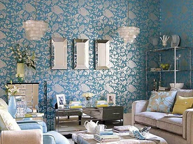 Гостиная, оклеенная обоями с преобладанием голубого цвета