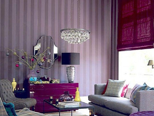 Обои с вертикальными полосами помогут «поднять потолок» гостиной