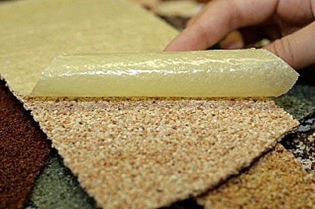 Декоративный слой «гибкого камня» прикрыт специальной подложкой, которая снимается уже после монтажа облицовки