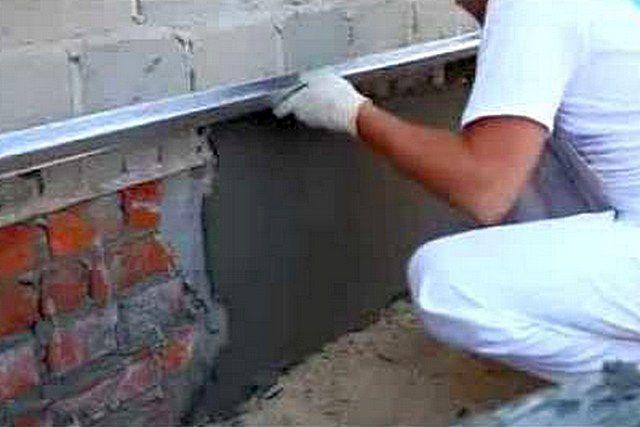 Выравнивание цоколя бетонным раствором – по сути, оштукатуривание его стенок