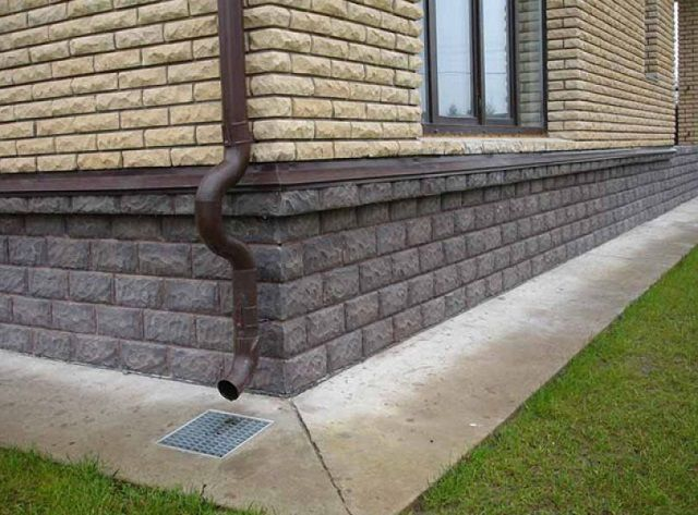 Искусственный камень на цементной основе обладает всеми необходимыми характеристиками для облицовки цоколя