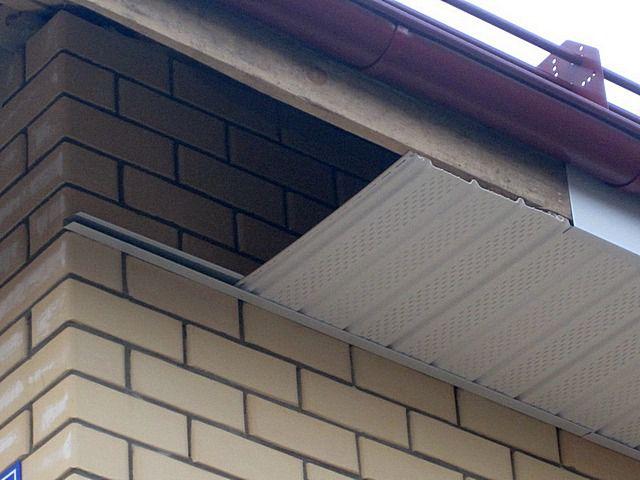 Софитные панели нарезаются обычно поперек, короткими фрагментами – по ширине карнизного свеса, поэтому и отходы минимальны.