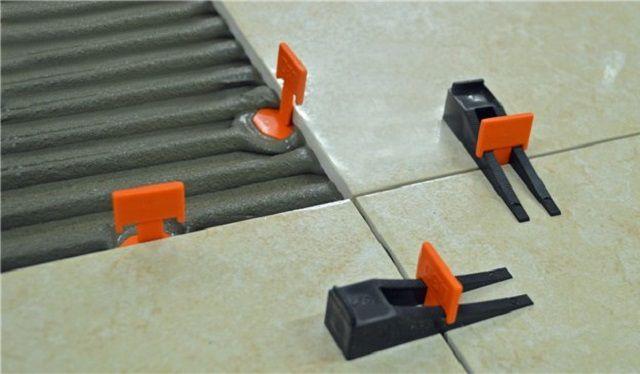 Очень удобны для точной и ровной укладки плитки специальные калибровочно-выравнивающие системы