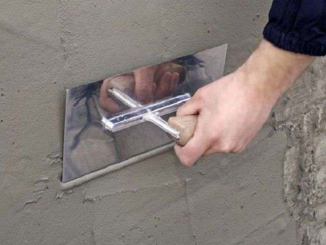 Мелкие дефекты стены также можно устранить с помощью штукатурного раствора