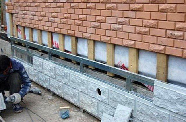 Грамотный подход: для цоколя использована металлическая обрешётка, а для стены вполне достаточно деревянной. Шаг установки стоек также может различаться