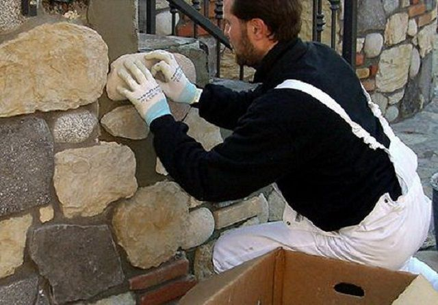 Укладка каменной плитки неправильной формы требует хорошего пространственного воображения и даже, в некотором роде — креативности
