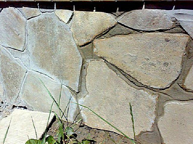 Затирку швов между каменными блоками сводной формы обычно не откладывают, а проводят параллельно кладке, фрагментами