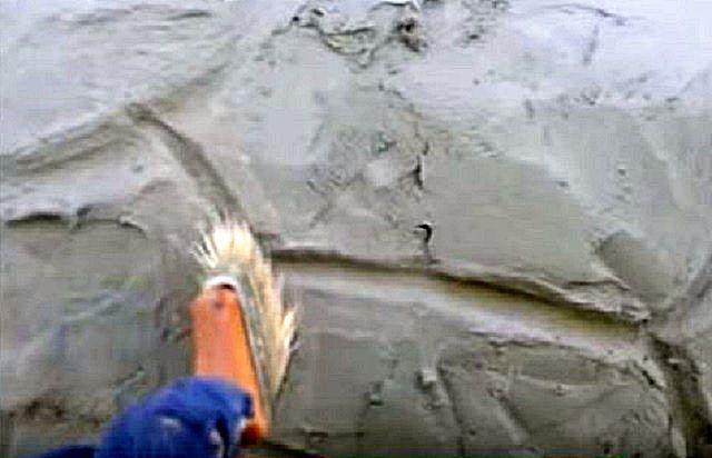 Кисточкой, смоченной в воде, можно аккуратно подкорректировать форму «камней» и швы между ними
