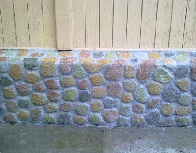 Искусственно созданный «каменный» рельеф цоколя после декорирования фасадными красками