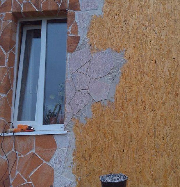 На фото представлен монтаж «гибкого камня» на поверхность, обшитую ОСП.