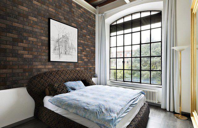Клинкерной плиткой сделан акцент на стене у изголовья кроватей