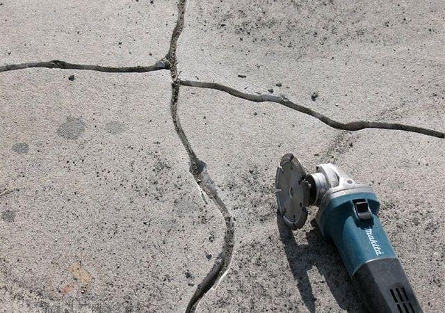 Все щели и трещины разделывается в ширину и глубину