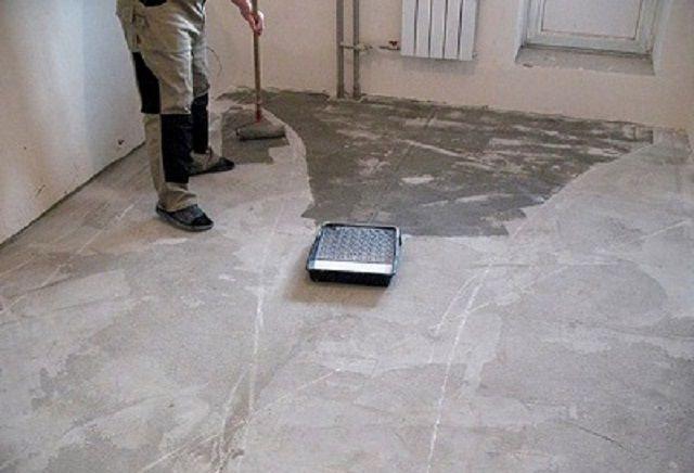 Грунтование бетонной поверхности – обязательная операция, независимо от того, какая технология выравнивания основания будет применяться в дальнейшем