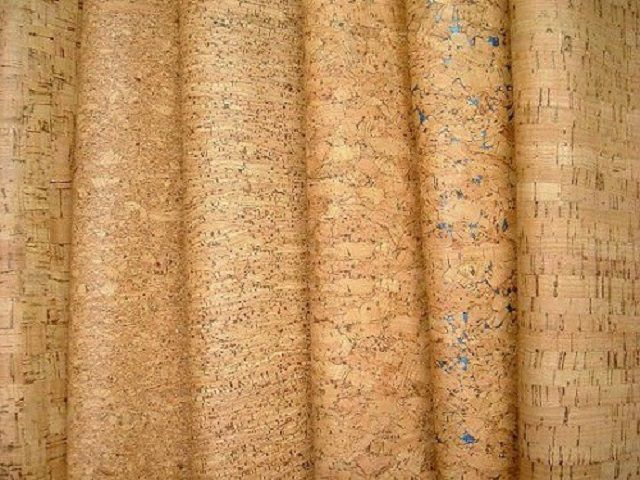 Сочетание особого уюта, тишины, тепла стен и природных оттенков отделки – пробковые обои