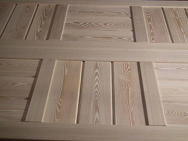 Сборные панели из досок светлых оттенков (в данном случае это лиственница). Подойдет и для стен, и для потолка