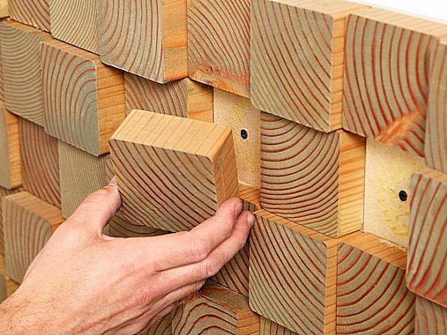 Панель собрана отдельно, закреплена к стене, а шляпки саморезов затем закрываются специально оставленными для этих целей фрагментами