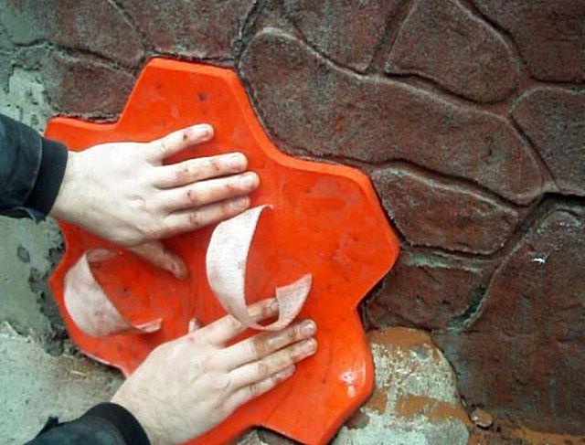 Достаточно несложнаяи очень эффективная техника создания на оштукатуриваемой поверхности имитации каменной кладки