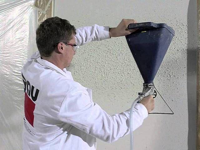 Необходимую рельефность оштукатуренной поверхности можно придать и с помощью специального пистолета, сходного по принципу действия с краскопультом