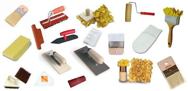 Разнообразие профессиональных инструментов, применяемых для нанесения декоративной штукатурки