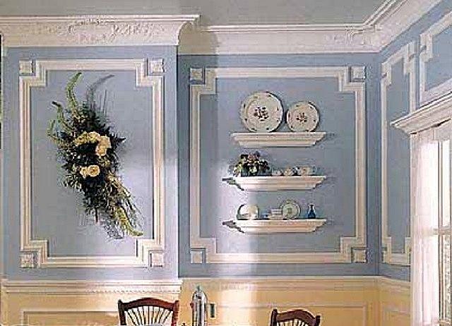 В показанном варианте молдинги применены не только для обрамления участков стены, но и для создания оригинальных полок под декоративные «безделушки»