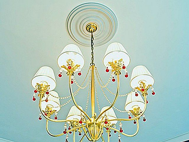 В стиле «прованс»даже на потолочной розетке для люстры не приветствуется «вычурность» — все намного проще