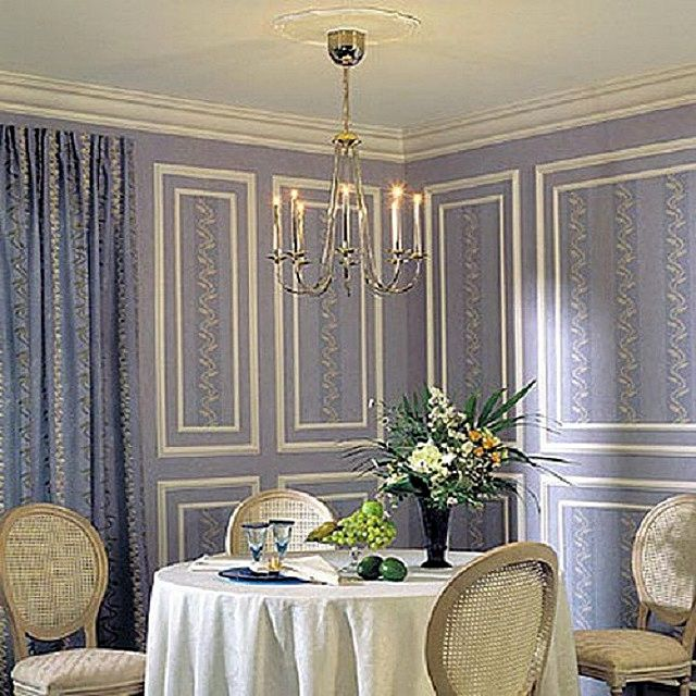 Столовая в романтическом стиле – белые молдинги на приятной глазу нежно-сиреневой поверхности стен