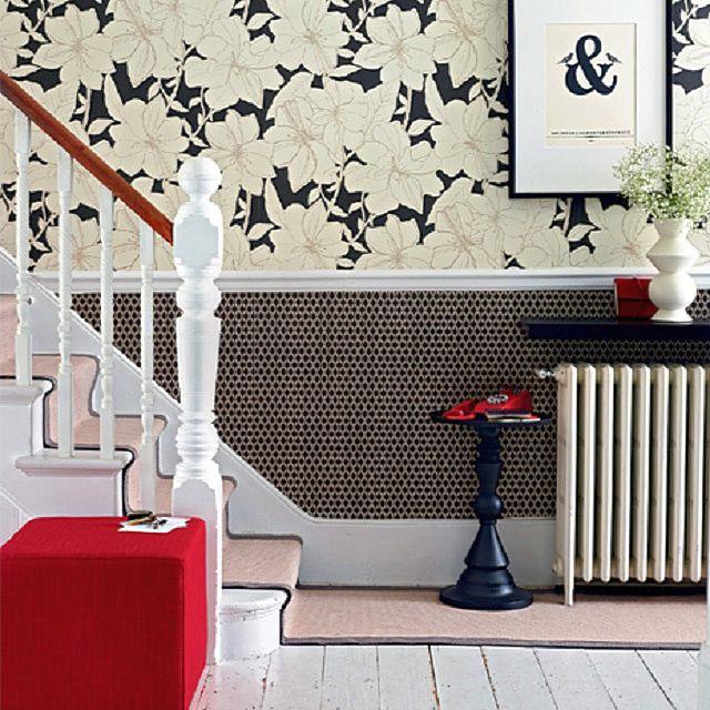 Молдинг, разделяющий стены на две зоны, в достаточно лаконичной отделке, выполненной в американском стиле