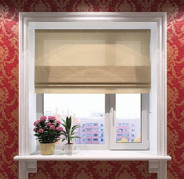 Обычное металлопластиковое окно отлично вписалось в заданный обоями интерьерный стиль именно благодаря обрамляющим его молдингам