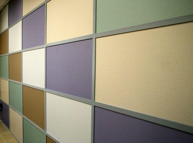 Гипсовиниловые плиты могут быть установлены в алюминиевую конструкцию с видимым каркасом, который также выполняет декоративную роль.