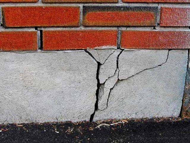 Неконтролируемые силы морозного пучения с легкостью переламывают монолитные бетонные фундаменты