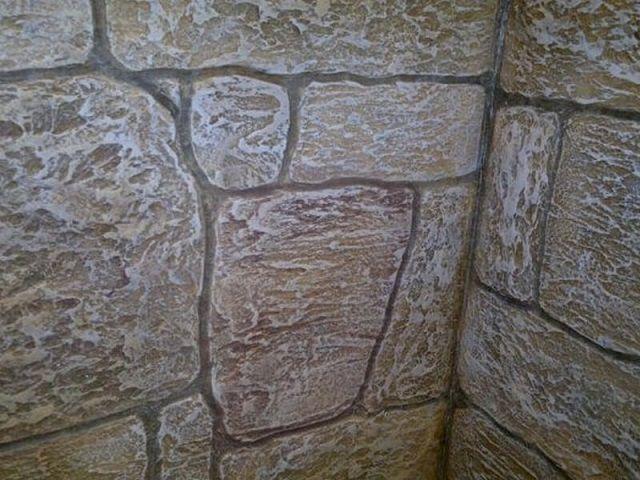 Выполнить «каменную кладку» на стене вполне возможно и вообще без использования какого-либо искусственного камня