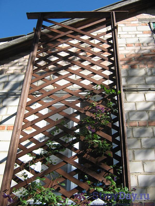 Фото 1. Деревянная садовая решётка
