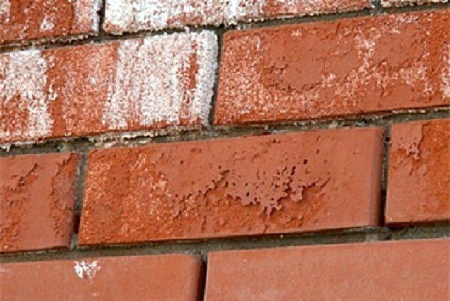 Высолы постепенно разъедают обычный керамический кирпич, начиная с его поверхности – он становится рыхлым и теряет свою прочность.