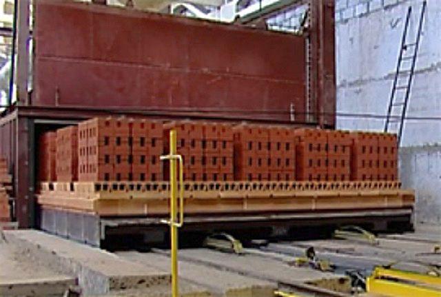 Особым образом уложенные штабеля кирпича-сырца, отправляемые в туннельную печь.