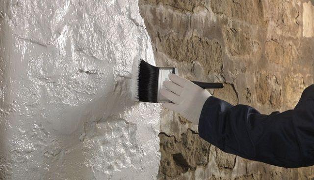 Грунтование стен – обязательная операция, какой бы метод окончательного выравнивания поверхностей ни избирался