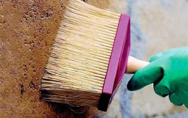 Широкая кисть захватывает сразу большой участок и обильно наносит грунтовку на поверхность