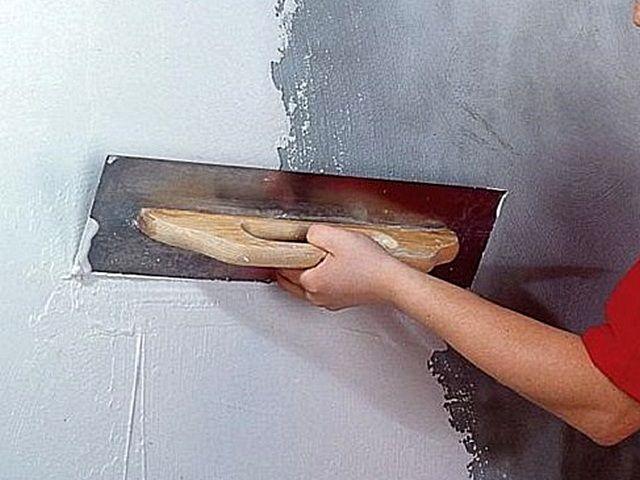 Слой шпатлёвки выведет поверхность стены до идеальной ровности и гладкости – то, что требуется для дальнейшей покраски