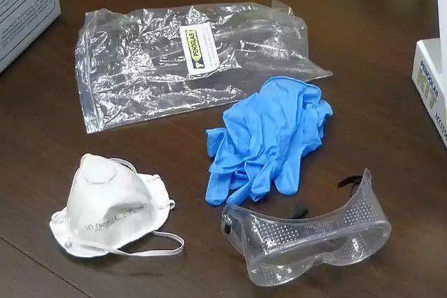 В комплект входит набор средств защиты глаз, кожи и органов дыхания – очки, перчатки и респиратор