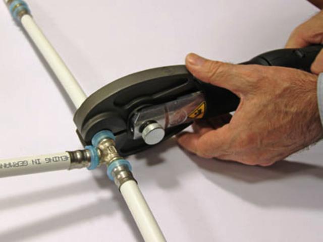Процесс монтажа опрессовочных фитингов металлопластиковых труб
