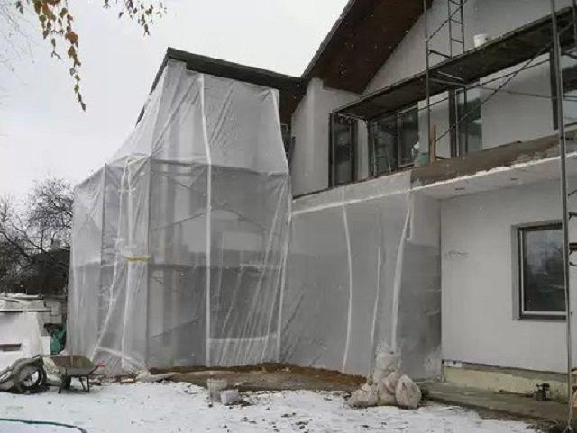 При крайней необходимости выполнения работ в морозную или ненастную погоду, сооружается временный тепляк
